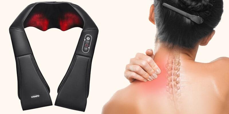 Femme qui a mal aux cervicales avec un appareil masseur