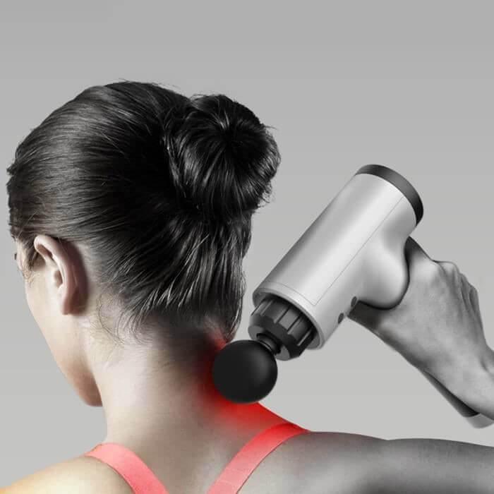 Femme utilisant un pistolet de massage