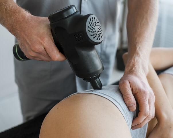 Massage musculaire avec un pistolet de massage